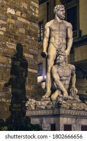 Escultura de Hércules con sombras