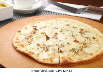 Gorgonzola pizza on a plate