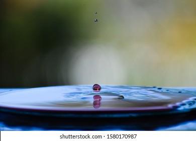 gota de agua splash. Rojo y azul. Naturaleza