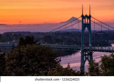 Gotische Arches tracery St Johns Brücke und Mt Hood mit schönem Sonnenaufgang in Portland, Oregon.