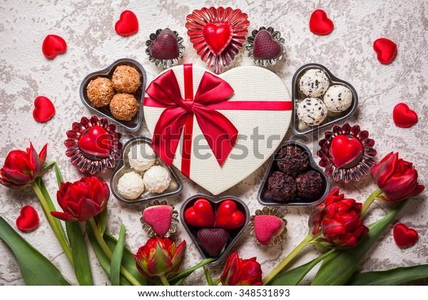 バレンタインデーにグルメチョコレートと赤いチューリップ
