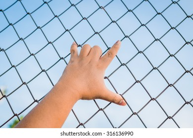 grab,Handle steel mesh cage lack of independence.