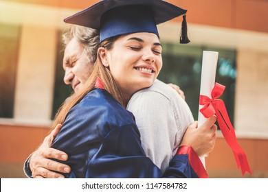 Studierende, die ihren Vater umarmt