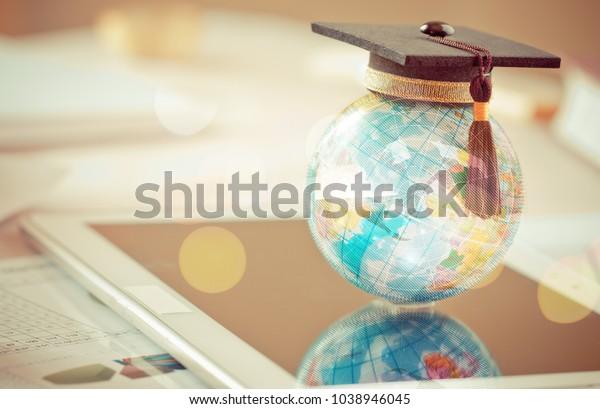 Estudios graduados en el extranjero Conceptual internacional, Graduación que en el top Earth modelo map con fondo Radar. Felicitaciones a los graduados, los estudios llevan al éxito en todo el mundo. Volver a la escuela