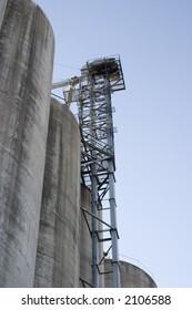 Grain elevator lift mechanism