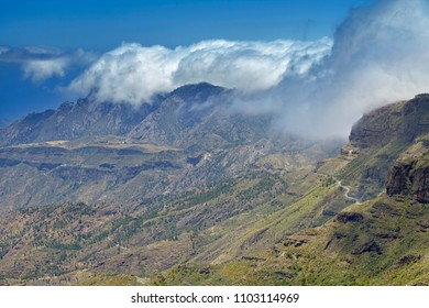 Gran Canaria, May, hiking route Cruz de Tejeda - Artenara, view into Caldera de Tejeda, clouds rolling from the right