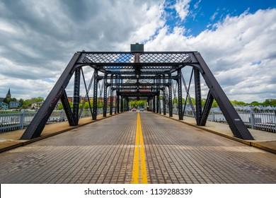 The Grand Avenue Bridge over the Quinnipiac River in New Haven, Connecticut
