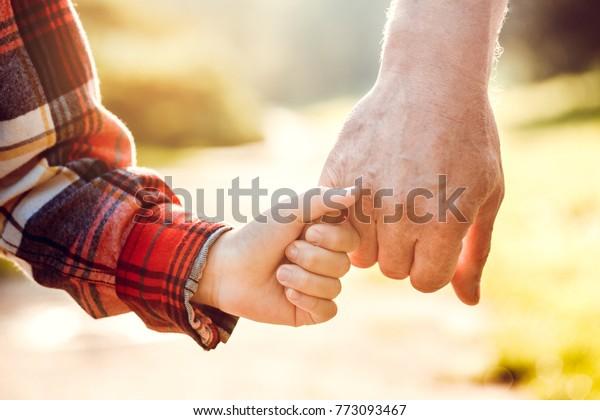 Grand-père et petit-fils ensemble en plein air concept familial