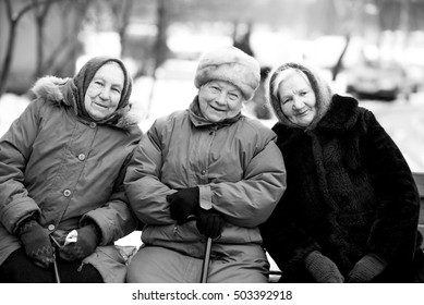 grandmothers girlfriend.black and white photo, grandmothers on the bench, old age, girlfriends, three grandmothers, sit-togethers, good together, winter on the bench, winter has come, it's cold
