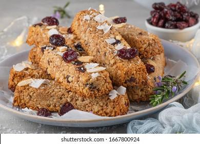 Bar Granola. Gesunder Snack. Getreidekörner-Bar mit Nüssen, Obst, Kokosnuss und Cranberries auf einem Weihnachtstisch.