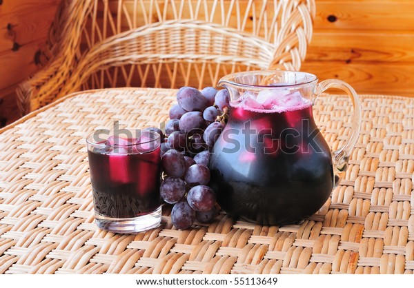 Traubensaft in einem Glasendsaft auf dem Tisch
