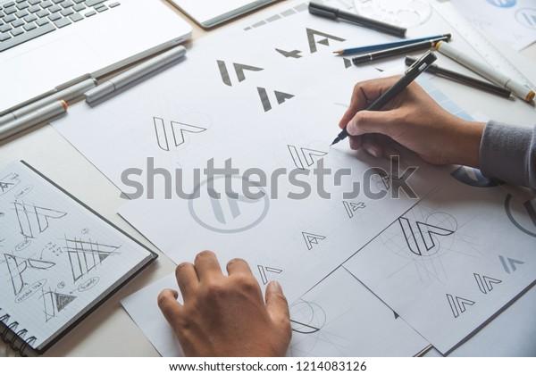 Графический дизайнер рисунок эскиз дизайн творческих Идеи проект логотипа продукта товарного знака марки произведения искусства. Студия графического дизайнера Concept.