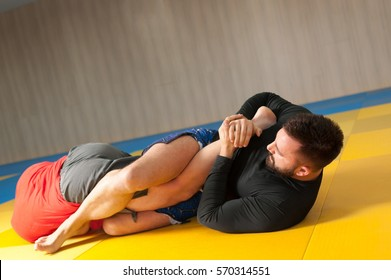 Grappler trying to leg lock his opponent in ground fight