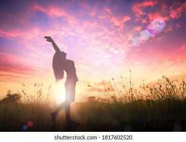 Silhouette der gesunden Frau erhob die Hände für Lob und Gottesanbetung