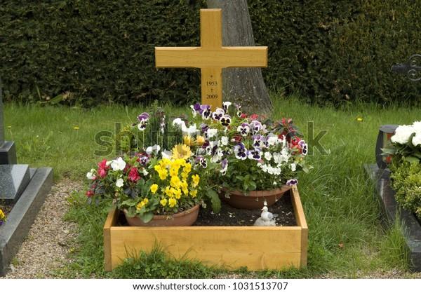 Grave design, grave wood