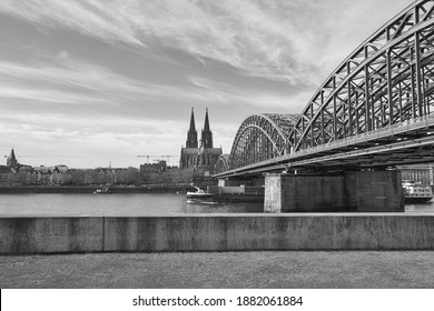 A grayscale shot of the beautiful Hohenzollern Bridge over the Rhine river