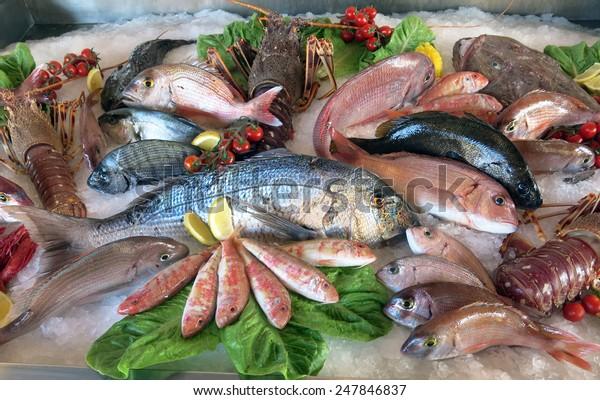 grande dorade blanche beaucoup de poissons d'eau salée frais dans le frigo du restaurant de fruits de mer dans le sud de l'Italie