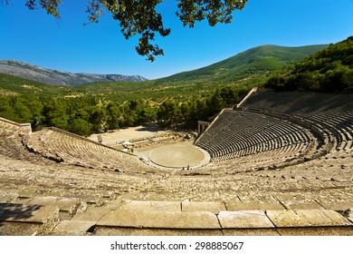 Griechenland. Das antike Theater in Epidaurus (auch Epidauros, Epidavros) wurde 340 v. Chr. erbaut. Dieses schöne und besterhaltene Theater steht seit 1988 auf der UNESCO-Liste des Weltkulturerbes