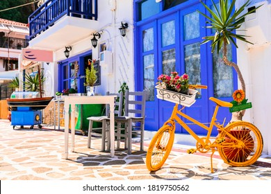 Griechenland Tavernen Straße mit Blumen und alten Fahrrädern geschmückt.