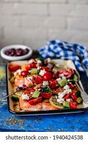 Saumon cuit grec à la salade grecque.style rustique.mise au point sélective