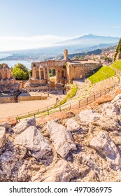 Griechisches Theater Taormina und rauchender Vulkan Ätna hinter In brennender Sonne, Sizilien, Italien