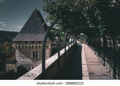La ruelle verdoyante dans le parc du château de Pau, et le sommet de la tour à pile ou face.