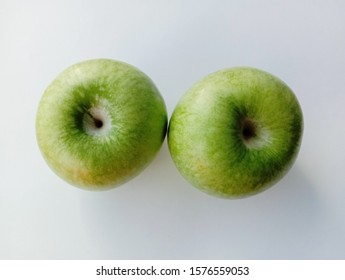 Green apple (Malus domestica) on white background closeup. Give a sweet or sour taste Fruit is beautiful, peel, some fruit Crispy popular eating as fresh fruit And processed into fruit juice.