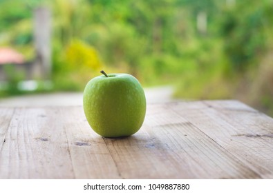 green apple on wooden table. selective focus. dietary concept dan healthy food.