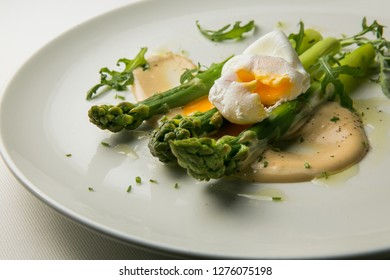 green asparagus with slit poached egg _ closeup
