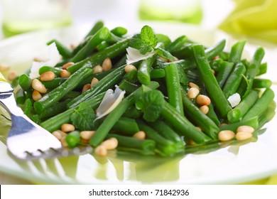 grüne Bohnen mit Parmesan und Pinienkerne