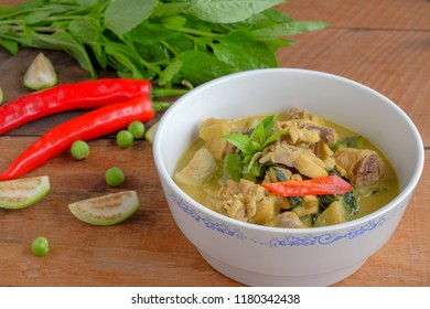 Green curry with chicken and vegetable
