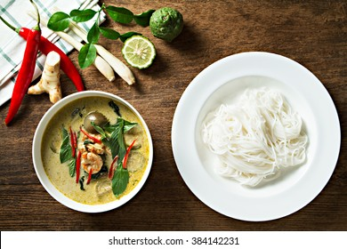 Green curry with shrimp and rice noodles. Thai cuisine. (kang keaw wan)