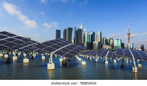 Grüne Energie und nachhaltige Entwicklung der Solarenergie mit Shanghai-Panorama Skyline