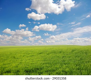 Green field and sky with clouds, photo 1