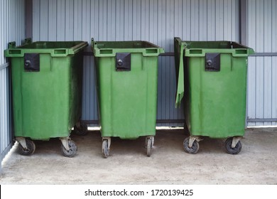 Green garbage containers. Disposal during a pandemic. Sanitary standards.