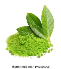Grüne Blätter und Tee-Matcha-Pulver einzeln auf weißem Hintergrund.