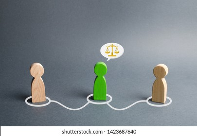 A green man mediates between two people. Judge the two sides and come to a compromise. Negotiations, business deal. Ask for advice from an experienced specialist. Fair resolution of conflict, dispute