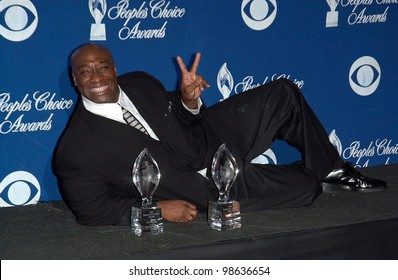 Green Mile star MICHAEL CLARKE DUNCAN at the 27th Annual People's Choice Awards in Pasadena, California. 07JAN01.   Paul Smith/Featureflash