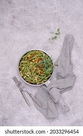 Pâtes vertes avec pois chiches, sauce au poivre et au pesto sur fond ciment gris. Vue de dessus. Mise au point sélective.