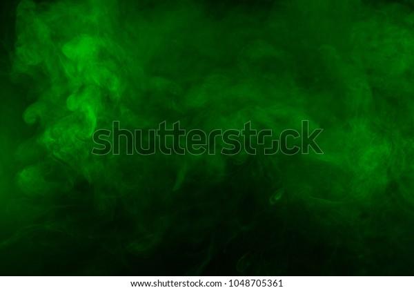 Texture de fumée verte sur fond noir. Texture et art abstrait