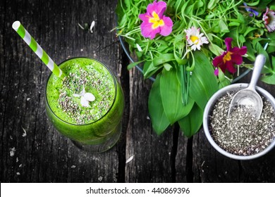 Green Smoothie with Chia seeds and wild herb salad