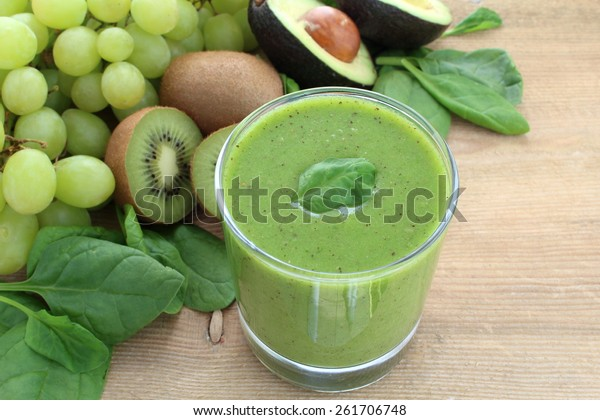Green smoothie rich in dietary fiber : spinach, grapes, kiwi and avocado.