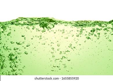 grünes Natrongetränk mit Luftblasen