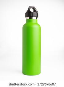 Bouteille de thermos en acier inoxydable vert sur fond blanc pour maquillage