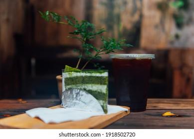 Grüner Teekuchen und ein Glas Eisgrün Tee als Hintergrund.