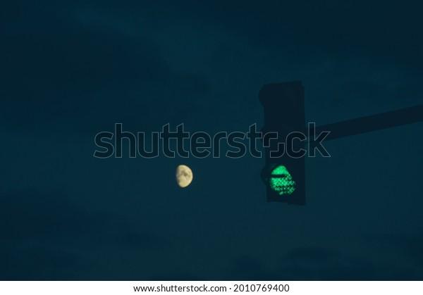 green-traffic-light-darkness-on-600w-201