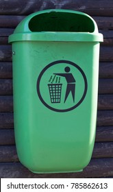 Green trashcan with the german words for worries, problems, hectic, stress