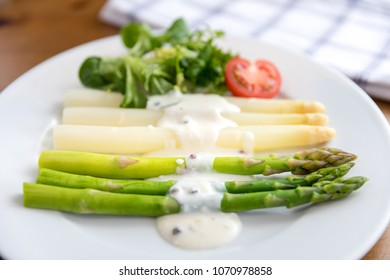 Green and white asparagus with potatoes, tomato and green salat