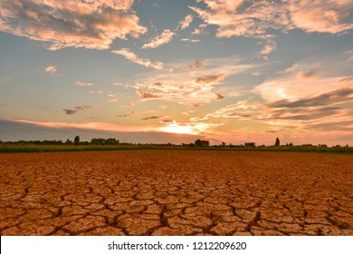 Greenhouse effect Greenhouse effect And the El Niño phenomenon. The weather changes and changes. In Southeast Asia Drought and earth quickly cracked.