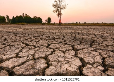 Greenhouse effect and the El Niño phenomenon. The weather changes in Southeast Asia Drought and earth quickly cracked.